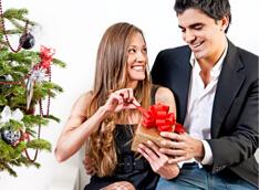 Romantisches Paar mit USB-Herz-Geschenk